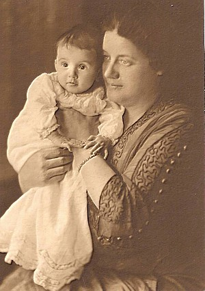 Anna Christine (Bruce) Davis with daughter Mackie