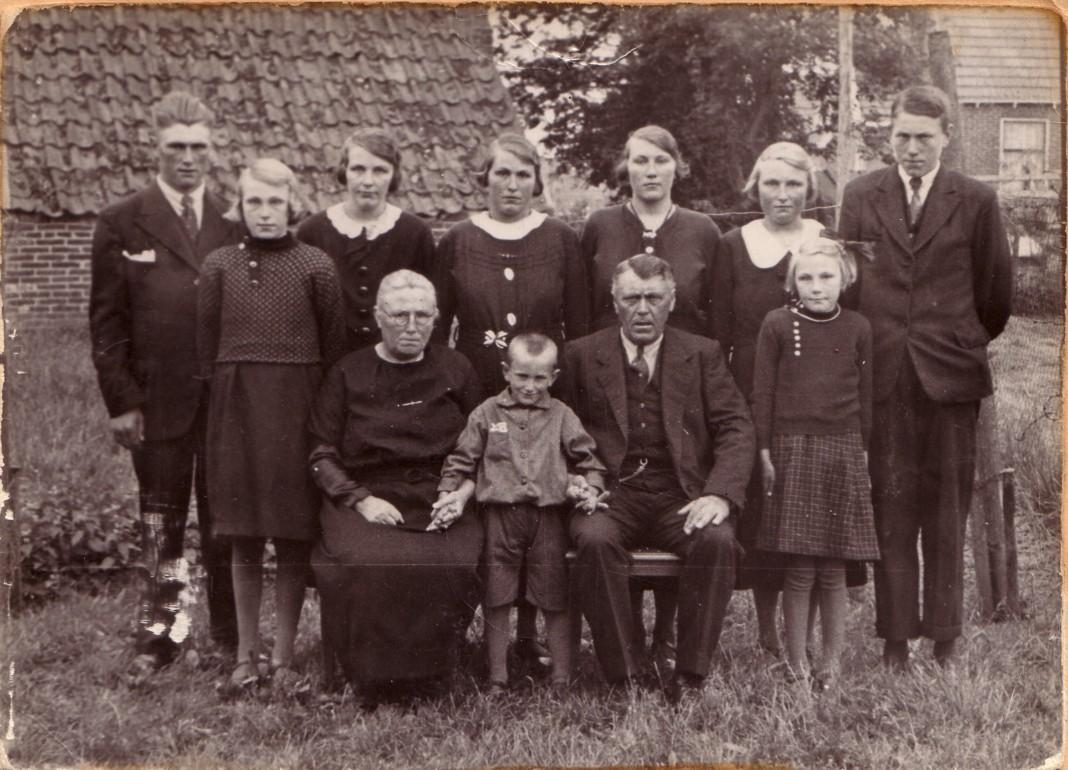 http://freepages.genealogy.rootsweb.com/~reindervantil/AbelvanTilenSeelinaPotenKinderen1936.jpg