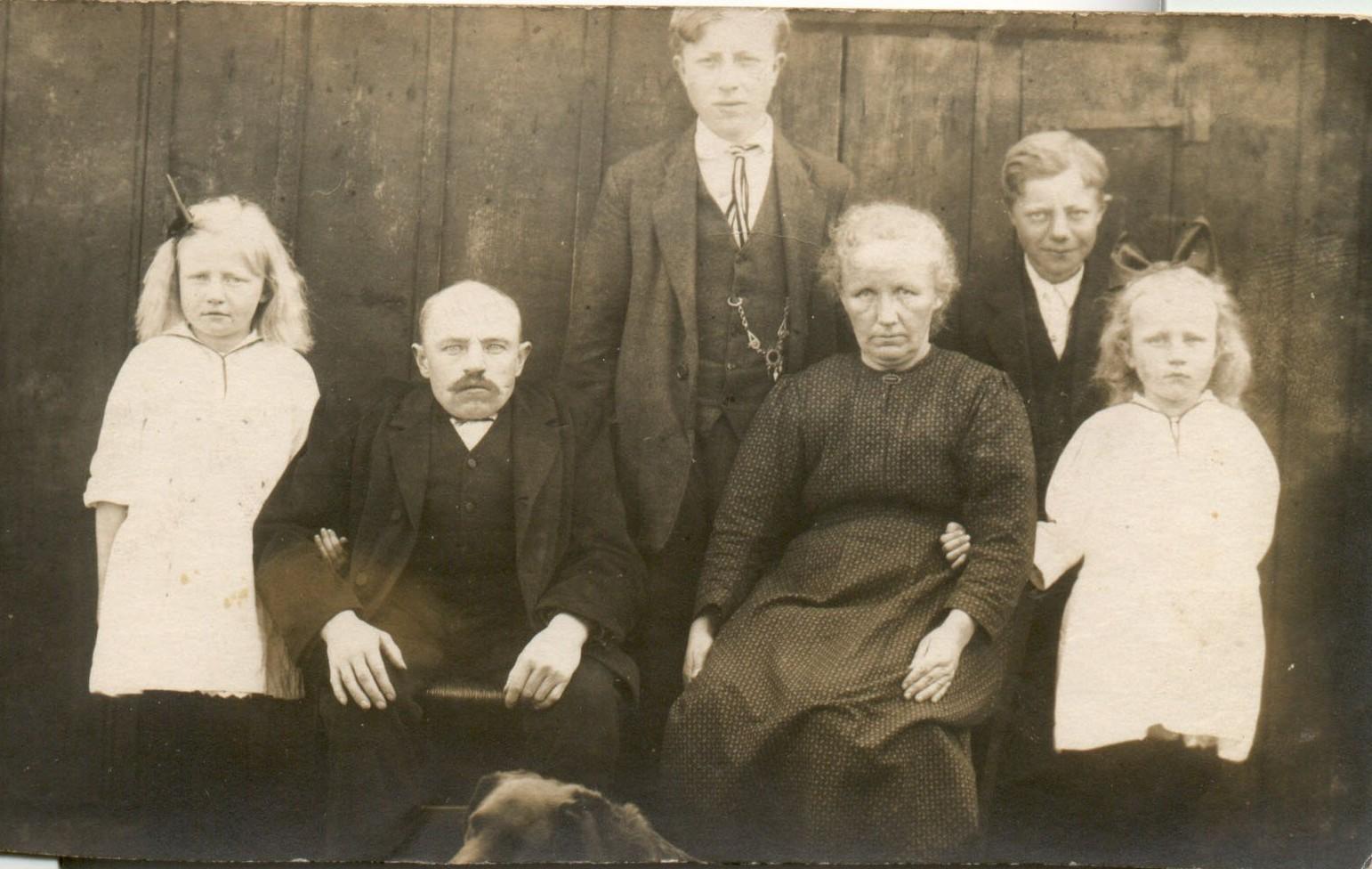 http://freepages.genealogy.rootsweb.com/~reindervantil/AikoOverkampFamilie.jpg