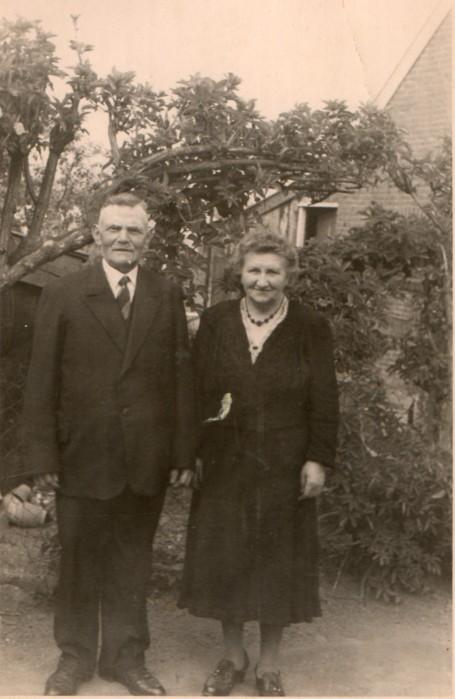 http://freepages.genealogy.rootsweb.com/~reindervantil/ArendOverkampGrietjeKats.jpg