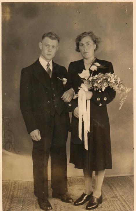 http://freepages.genealogy.rootsweb.com/~reindervantil/ElizabethVanTilAbrahamZuidema.jpg
