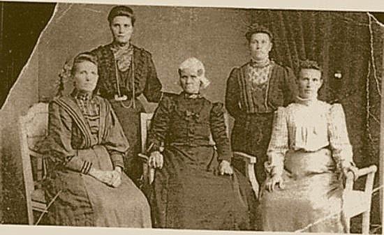 http://freepages.genealogy.rootsweb.com/~reindervantil/HiltjePruimKlaaskeHeckerZussen.jpg