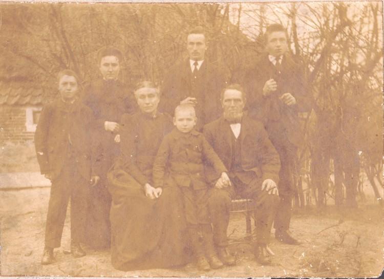 http://freepages.genealogy.rootsweb.com/~reindervantil/JacobPotJantjeHoeksemaFamilie.jpg