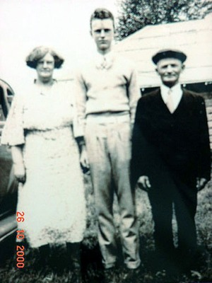 http://freepages.genealogy.rootsweb.com/~reindervantil/MartinOverkampElsinaGroenmeijerRichard.jpg